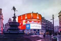Το τσίρκο Piccadilly είναι ένα διάσημο ορόσημο του Λονδίνου και ένας πολυάσχολος προορισμός για τους τουρίστες στοκ φωτογραφίες με δικαίωμα ελεύθερης χρήσης