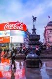 Το τσίρκο Piccadilly είναι ένα διάσημο ορόσημο του Λονδίνου και ένας πολυάσχολος προορισμός για τους τουρίστες στοκ φωτογραφία