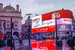 Το τσίρκο Piccadilly είναι ένα διάσημο ορόσημο του Λονδίνου και ένας πολυάσχολος προορισμός για τους τουρίστες στοκ φωτογραφία με δικαίωμα ελεύθερης χρήσης