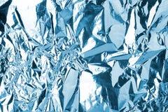 Το τσαλακωμένο ανοικτό μπλε υπόβαθρο σύστασης φύλλων αλουμινίου λάμποντας, φωτεινό λαμπρό κρύο παγωμένο σχέδιο, μεταλλικό ακτινοβ στοκ εικόνα