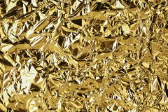 Το τσαλακωμένο χρυσό υπόβαθρο σύστασης φύλλων αλουμινίου λάμποντας, φωτεινό λαμπρό χρυσό σχέδιο πολυτέλειας, μεταλλικό ακτινοβολε στοκ εικόνες