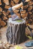 Το τσεκούρι είναι βασισμένο στο κολόβωμα δέντρων woodsheds Στοκ εικόνες με δικαίωμα ελεύθερης χρήσης