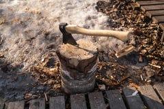 Το τσεκούρι στο δέντρο Επαρχία Ξύλο μπριζολών Στοκ Φωτογραφίες