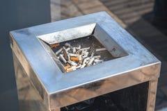 Το τσιγάρο χτυπά ή εκριζώνει δημόσια το στάση-λιγότερο δοχείο κοντά στη λεωφόρο Το κάπνισμα είναι κακό στοκ εικόνες