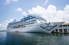 Το τσιπ MV Adonia κρουαζιέρας ελλιμενίζεται στο λιμάνι της Αβάνας Στοκ φωτογραφίες με δικαίωμα ελεύθερης χρήσης
