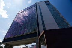 Το τυποποιημένο ξενοδοχείο και το υψηλό πάρκο γραμμών στην πόλη Μανχάταν της Νέας Υόρκης Στοκ Φωτογραφία