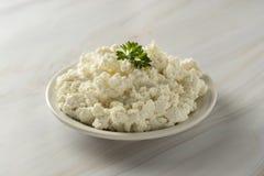 Το τυρί εξοχικών σπιτιών στο ελαφρύ, μαρμάρινο υπόβαθρο Γαλακτοκομικά προϊόντα, ασβέστιο και πρωτεΐνη r στοκ εικόνα με δικαίωμα ελεύθερης χρήσης