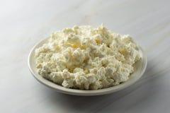 Το τυρί εξοχικών σπιτιών στο ελαφρύ, μαρμάρινο υπόβαθρο Γαλακτοκομικά προϊόντα, ασβέστιο και πρωτεΐνη r στοκ φωτογραφία με δικαίωμα ελεύθερης χρήσης