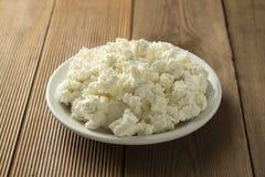 Το τυρί εξοχικών σπιτιών στο ξύλινο υπόβαθρο Γαλακτοκομικά προϊόντα, ασβέστιο και πρωτεΐνη r στοκ εικόνα με δικαίωμα ελεύθερης χρήσης