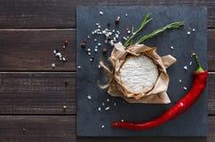 Το τυρί με το τσίλι στη μαύρη πέτρα, brie camembert Στοκ Φωτογραφία
