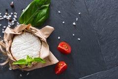Το τυρί με το τσίλι στη μαύρη πέτρα, brie camembert Στοκ φωτογραφίες με δικαίωμα ελεύθερης χρήσης