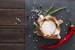 Το τυρί με το τσίλι στη μαύρη πέτρα, brie camembert Στοκ φωτογραφία με δικαίωμα ελεύθερης χρήσης