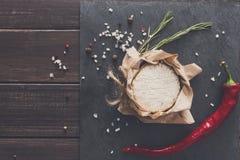 Το τυρί με το τσίλι στη μαύρη πέτρα, brie camembert Στοκ Φωτογραφίες