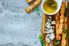 το τυρί περιέχει το διάνυσμα ελιών πλέγματος απεικόνισης Στοκ Εικόνα