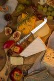 το τυρί χαρτονιών ανασκόπησης απομόνωσε το λευκό Στοκ Εικόνα