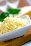 το τυρί Cheddar έξυσε ώριμο Στοκ εικόνες με δικαίωμα ελεύθερης χρήσης
