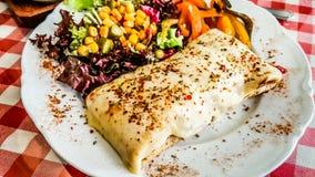 Το τυρί crepe εξυπηρετημένος με τα καρυκεύματα και τη σαλάτα στο εστιατόριο Στοκ Φωτογραφία