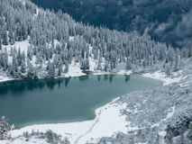το τυρκουάζ χρωμάτισε την αλπική λίμνη το χειμώνα μέσα - μεταξύ των βουνών στοκ φωτογραφίες
