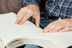 Το τυφλό άτομο διάβαζε ένα βιβλίο που γράφτηκε σε μπράιγ Αγγίξτε το σας Στοκ εικόνες με δικαίωμα ελεύθερης χρήσης