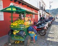 Το των Μάγια άτομο πωλεί τα φρούτα στην οδό της πόλης της Γουατεμάλα Guatemal στοκ φωτογραφία