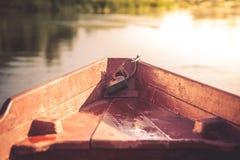 Το τόξο του σκάφους κατεύθυνε προς το ηλιοβασίλεμα, που συμβολίζει τη σωστή κατεύθυνση στο μέλλον Στοκ Φωτογραφίες