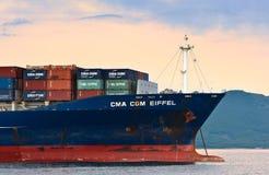 Το τόξο του τεράστιου CGM Άιφελ σκαφών εμπορευματοκιβωτίων CMA έδεσε Κόλπος Nakhodka Ανατολική (Ιαπωνία) θάλασσα 30 06 2015 Στοκ φωτογραφία με δικαίωμα ελεύθερης χρήσης