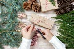 Το τύλιγμα γυναικών παρουσιάζει για τα Χριστούγεννα Τύλιγμα δώρων Στοκ εικόνα με δικαίωμα ελεύθερης χρήσης