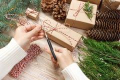 Το τύλιγμα γυναικών παρουσιάζει για τα Χριστούγεννα Τύλιγμα δώρων Στοκ Φωτογραφία