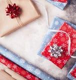 Το τύλιγμα παρουσιάζει στα Χριστούγεννα Στοκ φωτογραφία με δικαίωμα ελεύθερης χρήσης