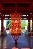 Το τύμπανο προσευχής σε έναν βουδιστικό ναό με τις αρχαίες επιστολές προσευχής στοκ εικόνες