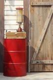 Το τύμπανο της αντλίας καυσίμων και χεριών Στοκ φωτογραφία με δικαίωμα ελεύθερης χρήσης