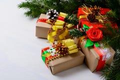 Το τύλιγμα εγγράφου του Κραφτ Χριστουγέννων παρουσιάζει με τους κλάδους έλατου Στοκ φωτογραφία με δικαίωμα ελεύθερης χρήσης