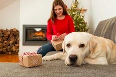 Το τύλιγμα παρουσιάζει για τα Χριστούγεννα Στοκ Εικόνες
