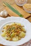 Το υγιές γεύμα αποτελείται από τα όσπρια και το λαχανικό, που εξυπηρετείται με τις πατάτες Στοκ φωτογραφία με δικαίωμα ελεύθερης χρήσης
