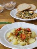 Το υγιές γεύμα αποτελείται από τα όσπρια και το λαχανικό, που εξυπηρετείται με το ψωμί Στοκ εικόνα με δικαίωμα ελεύθερης χρήσης