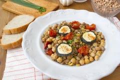 Το υγιές γεύμα αποτελείται από τα όσπρια και το λαχανικό, που εξυπηρετείται με το ψωμί Στοκ Εικόνα