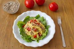 Το υγιές γεύμα αποτελείται από τη σαλάτα και τα ζυμαρικά με τις ντομάτες και τους σπόρους ηλίανθων Στοκ φωτογραφία με δικαίωμα ελεύθερης χρήσης