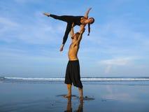 Το υγιές και ελκυστικό κατάλληλο ζεύγος των ακροβατών που κάνουν την ισορροπία και την περισυλλογή acroyoga ασκεί στην όμορφη άσκ στοκ φωτογραφίες