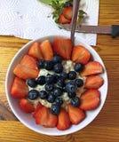 Το υγιές πρόγευμα, που μαγειρεύεται πρόσφατα είναι το κύπελλο καταφερτζήδων Στοκ Φωτογραφία