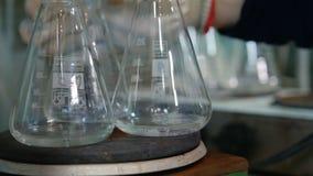 Το υγρό στη φιάλη βράζει στον ειδικό εξοπλισμό φιλμ μικρού μήκους
