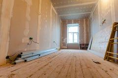 Το υλικό για τις επισκευές σε ένα διαμέρισμα είναι κάτω από την κατασκευή, την αναδιαμόρφωση, την επανοικοδόμηση και την ανακαίνι Στοκ Εικόνες