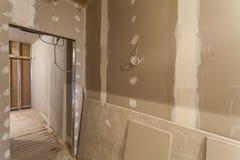 Το υλικό για τις επισκευές σε ένα διαμέρισμα είναι κάτω από την κατασκευή, την αναδιαμόρφωση, την επανοικοδόμηση και την ανακαίνι στοκ φωτογραφίες με δικαίωμα ελεύθερης χρήσης