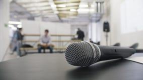Το δυναμικό φωνητικό μικρόφωνο στη διάσκεψη, κλείνει επάνω Στοκ Φωτογραφίες