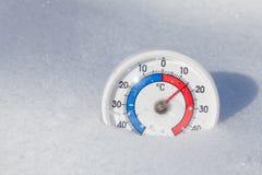 Το υπαίθριο θερμόμετρο στο χιόνι παρουσιάζει θερμό ελατήριο θερμοκρασίας weathe Στοκ Εικόνες