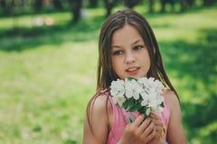 Το υπαίθριο πορτρέτο κινηματογραφήσεων σε πρώτο πλάνο άνοιξη λατρευτών 11 χρονών το κορίτσι παιδιών Στοκ Εικόνα