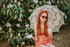 Το υπαίθριο πορτρέτο μόδας χαριτωμένου το κορίτσι Στοκ Εικόνα