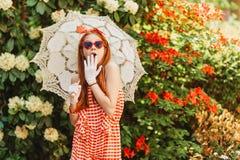 Το υπαίθριο πορτρέτο μόδας χαριτωμένου το κορίτσι Στοκ εικόνες με δικαίωμα ελεύθερης χρήσης