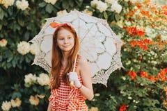 Το υπαίθριο πορτρέτο μόδας χαριτωμένου το κορίτσι Στοκ φωτογραφίες με δικαίωμα ελεύθερης χρήσης