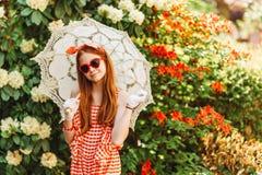 Το υπαίθριο πορτρέτο μόδας χαριτωμένου το κορίτσι Στοκ Εικόνες