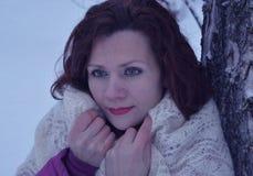 Το υπαίθριο όμορφο χαμογελώντας πρόσωπο ένα εποχής παλτών πρότυπο φύσης πάρκων προσώπου τρίχας άσπρο μόδας ανθρώπων χαμόγελου χιό Στοκ εικόνα με δικαίωμα ελεύθερης χρήσης